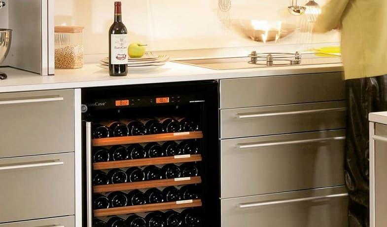 открытый винный шкаф